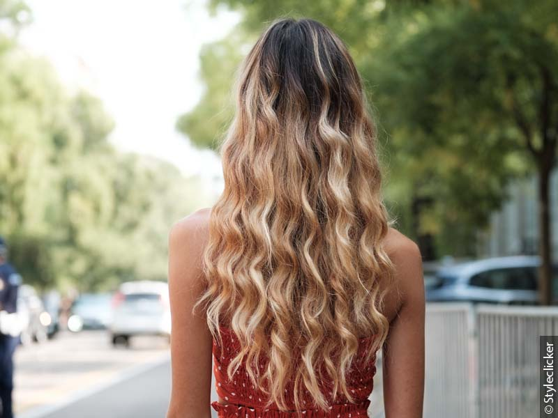 800x600_rear-view-woman-with-long-beach-waves-with-balayage